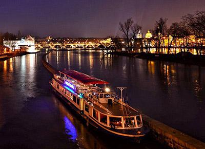 Noční plavba Prahou